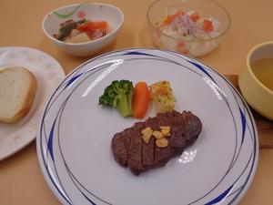 4月2日 牛ヒレ肉のステーキ ガーリックソース.JPG